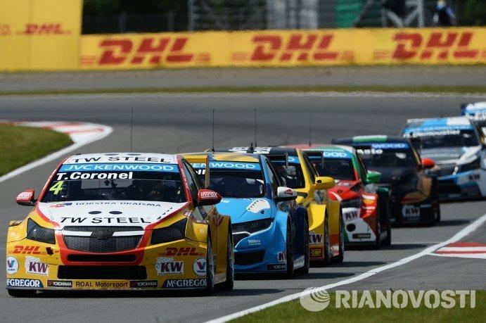 Гонщик команды Roal Motorsport Том Коронел (на переднем плане)