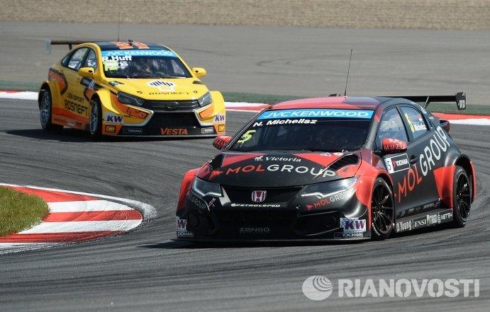 Слева направо: гонщик команды Lada Sport Rosneft Роб Хафф (Великобритания) и гонщик Zengo Motorsport Норберт Мичелис (Венгрия)
