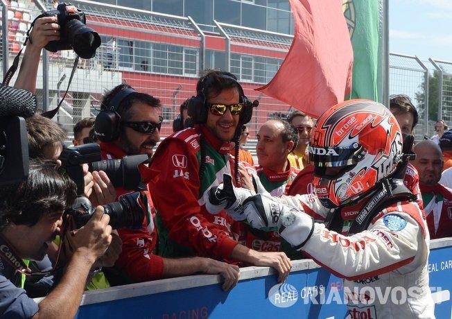 Справа: гонщик команды Honda Racing Team JAS Тьягу Монтеиру (Португалия)