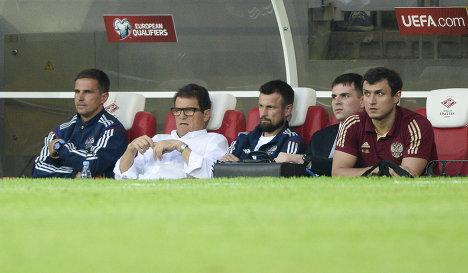 Главный тренер сборной России Фабио Капелло (второй слева)