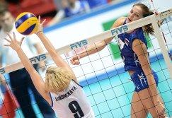 Связующая сборной Казахстана Ирина Лукомская (слева) и нападающая сборной России Наталья Малых