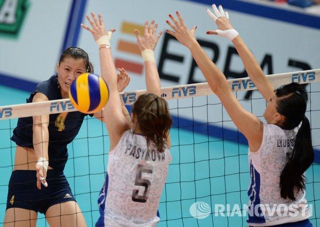 Волейболистки сборной России Екатерина Любушкина, Александра Пасынкова и нападающая сборной Китая Лин Лин (справа налево)