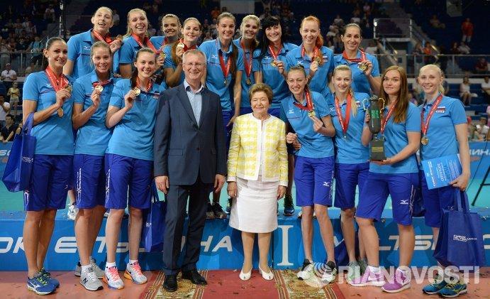 Игроки женской сборной России по волейболу и вдова первого президента России Наина Ельцина (в центре на первом плане)