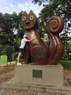 Скульптура кота на улице колумбийского города Кали и корреспондент Р-Спорт Мария Воробьева