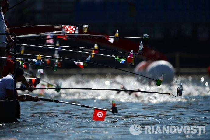 Питание для спортсменов, участвующих в заплыве на дистанции 10 км на открытой воде среди мужчин на XVI чемпионате мира по водным видам спорта в Казани