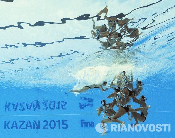 Спортсменки сборной Китая выступают в финале технической программы групповых соревнований по синхронному плаванию