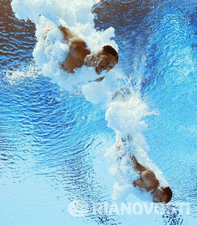 Илья Кваша и Александр Горшковозов (Украина) в соревнованиях предварительного раунда по синхронным прыжкам в воду с трамплина 3 м