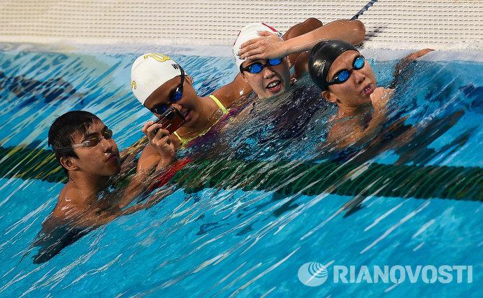 Спортсмены делают селфи в бассейне Казань Арены