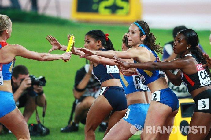 Спортсменки во время мужской эстафеты 4х100 метров среди женщин на чемпионате мира 2015 по легкой атлетике в Пекине