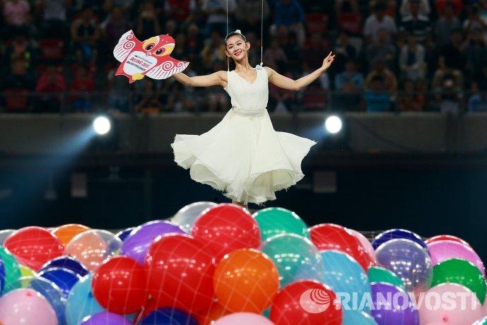 Артистка во время прощания с талисманом на церемонии закрытия чемпионата мира 2015 по легкой атлетике в Пекине