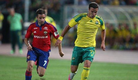 Хавбек ЦСКА Зоран Тошич (слева) и полузащитник Кубани Сергей Ткачёв