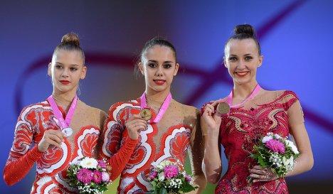 Александра Солдатова (Россия) - серебряная медаль, Маргарита Мамун (Россия) - золотая медаль, Анна Ризатдинова (Украина) - бронзовая медаль (слева направо)