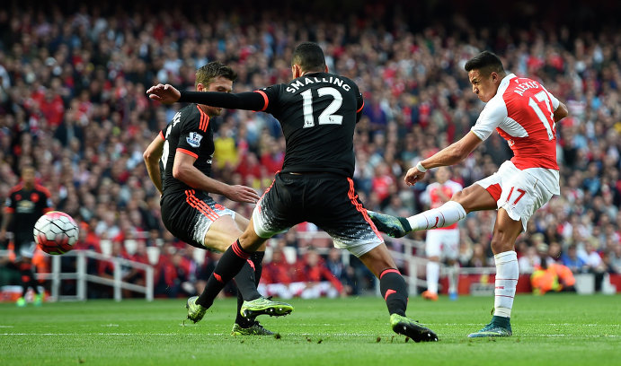 Нападающий Арсенала Алексис Санчес (крайний справа) забивает третий мяч в ворота Манчестер Юнайтед