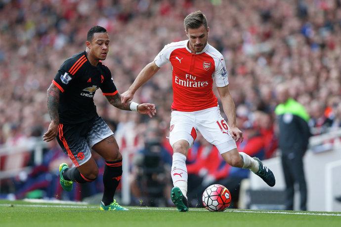 Нападающий Манчестер Юнайтед Мемфис Депай и полузащитник Арсенала Арон Рэмзи (справа)