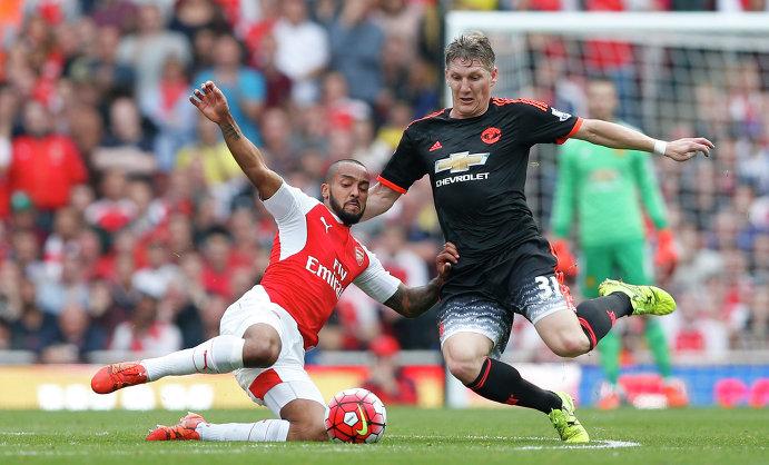 Нападающий Арсенала Тео Уолкотт и полузащитник Манчестер Юнайтед Бастиан Швайнштайгер (справа)