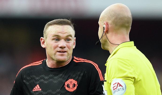Нападающий Манчестер Юнайтед Уэйн Руни (слева) и главный арбитр встречи Энтони Тэйлор