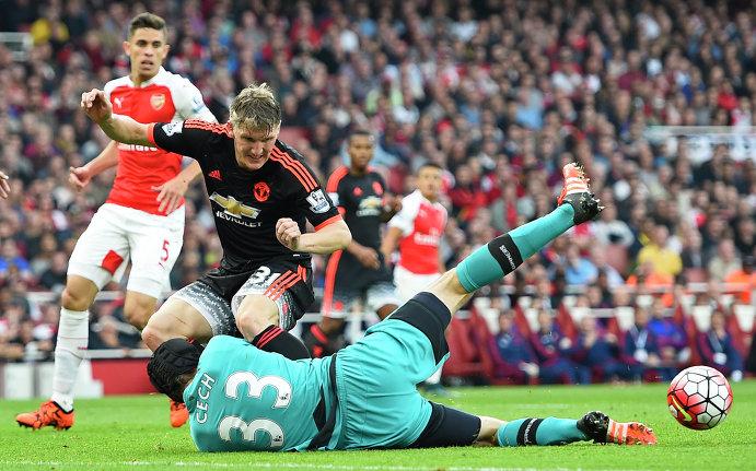 Полузащитник Манчестер Юнайтед Бастиан Швайнштайгер и голкипер Арсенала Петр Чех (на первом плане)