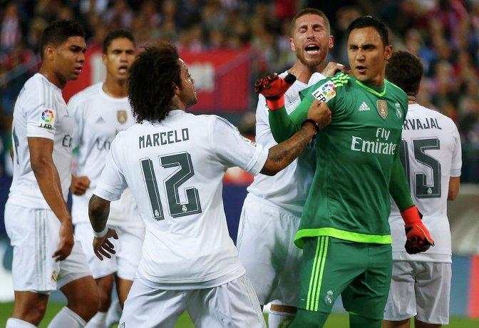 Защитники Реала Марсело и Серхио Рамос поздравляют голкипера Кейлора Наваса с отраженным пенальти