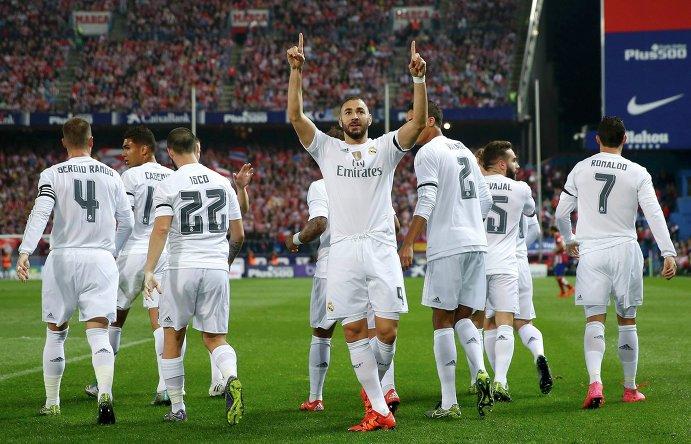 Футболисты Реала празднуют забитый мяч
