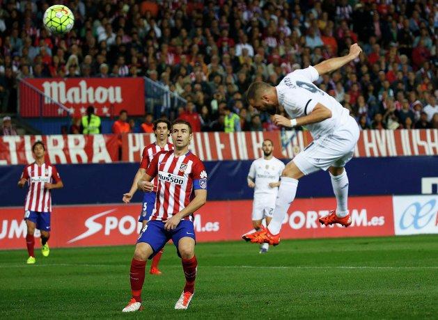 Форвард Реала Карим Бензема забивает гол в ворота Атлетико