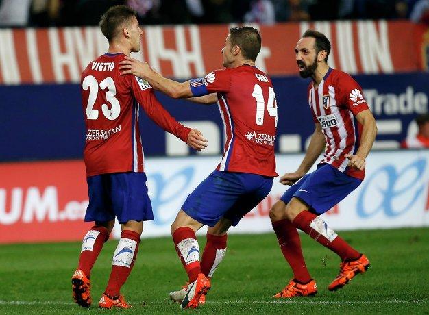 Футболисты Атлетико Лусиано Вьетто, Габи и Хуанфран празднуют забитый гол