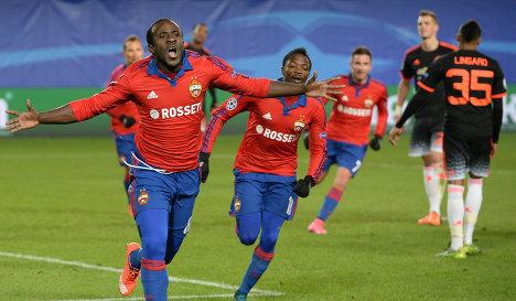 Нападающий ЦСКА Сейду Думбия (слева)