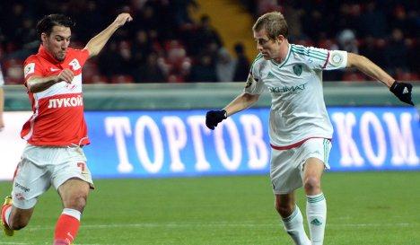 Полузащитники Спартака Ивелин Попов (слева) и Терека Адилсон Варкен