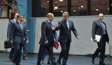 Владимир Путин (второй слева на первом плане) и Виталий Мутко