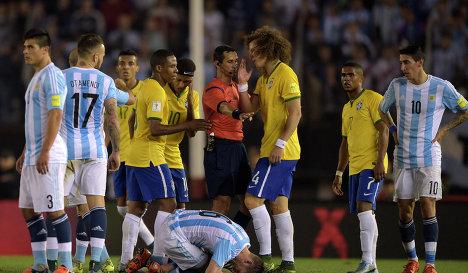 Игровой момент матча между сборными Бразилии и Аргентины