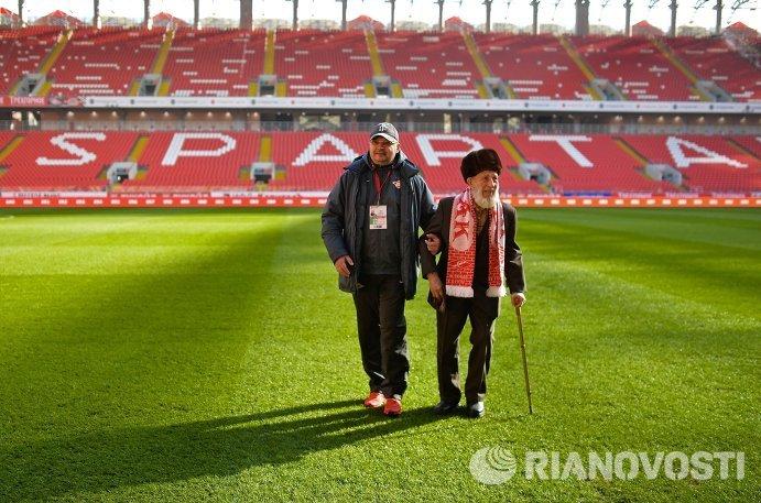 Старейший болельщик московского Спартака Отто Фишер (справа)