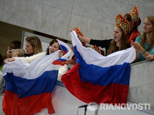 Болельщицы поддерживают российскую фигуристку Аделину Сотникову