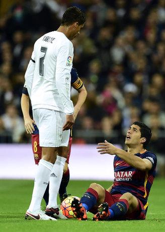 Защитник Реала Рафаэль Варан и нападающий Барселоны Луис Суарес (слева направо)