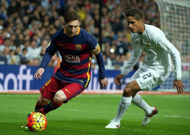 Защитник Реала Рафаэль Варан и нападающий Барселоны Лионель Месси (справа налево)