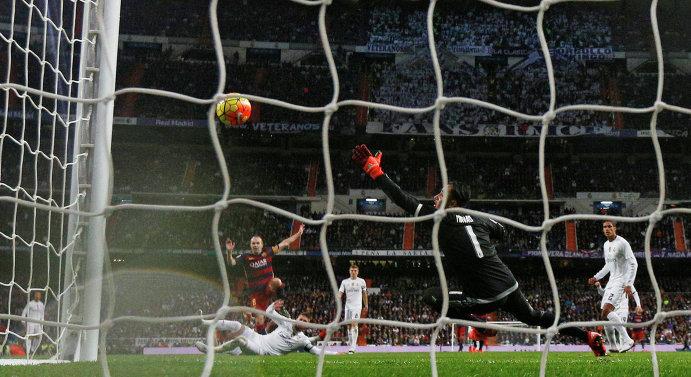 Игровой момент матча Реал - Барселона. Гол полузащитника каталонцев Андреаса Иньесты