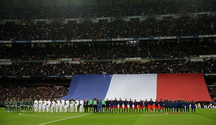 Минута молчания в начале матча чемпионата Испании по футболу между Реалом и Барселоной в память о жертвах теракта в Париже