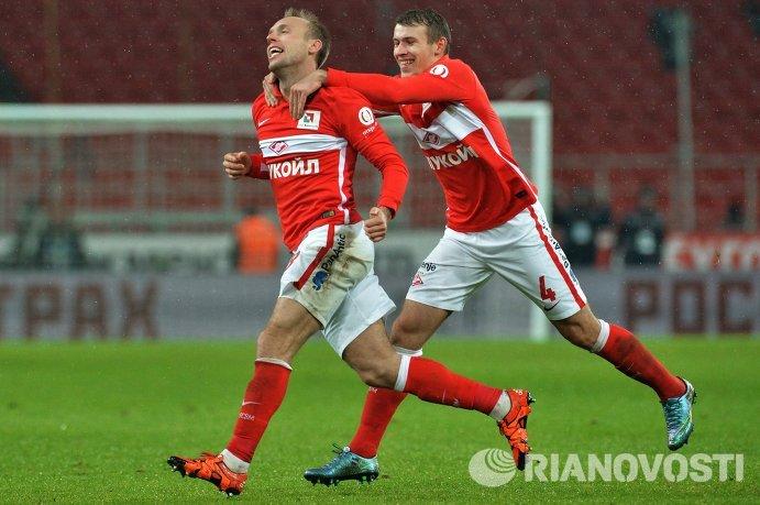Игрок ФК Спартак Денис Глушаков и Сергей Паршивлюк (справа)