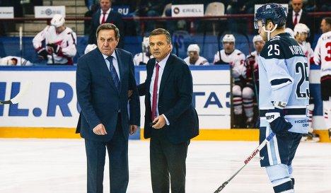 Губернатор Новосибирской области Владимир Городецкий, глава Международной федерации хоккея (IIHF) Рене Фазель и нападающий Сибири Алексей Копейкин (слева направо)