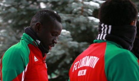 Форвард Локомотива Бай Умар Ниассе (слева)