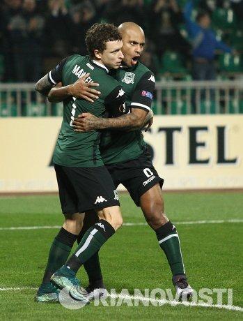 Футболисты Краснодара Павел Мамаев (слева) и Ари радуются забитому мячу
