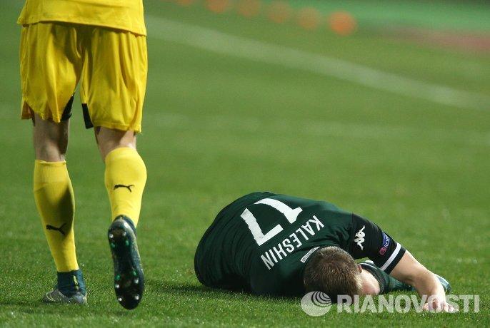 Защитник Краснодара Виталий Калешин (справа), получивший повреждение