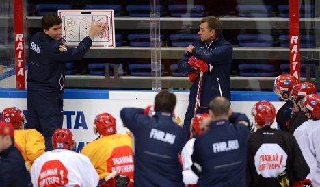 Главный тренер сборной России Олег Знарок (справа на втором плане) и тренер Игорь Никитин (слева на втором плане)