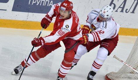 Форвард Спартака Лукаш Радил (слева) и защитник Йокерита Артур Кулда