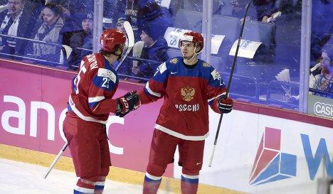 Нападающие молодежной сборной России по хоккею Александр Дергачев (слева) и Артур Лаута