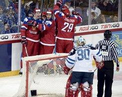 Хоккеисты молодежной сборной России радуются заброшенной шайбе