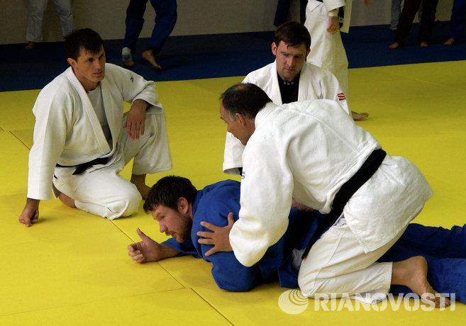 Александр Михайлин (в синей форме) и Эцио Гамба (справа)