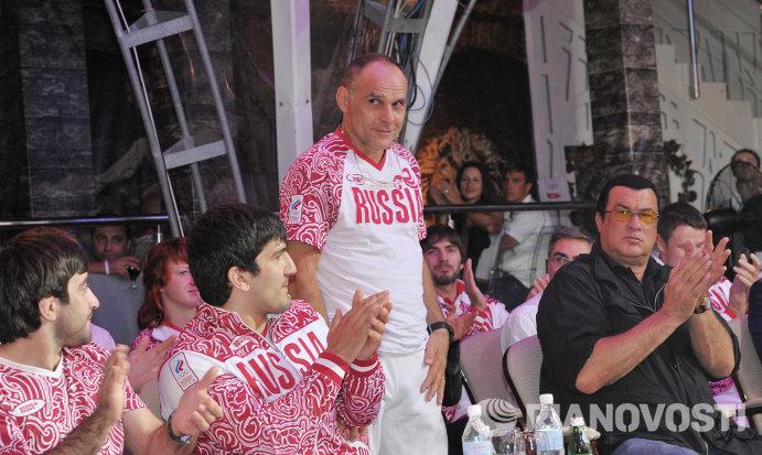 Дзюдоисты Мансур Исаев, Тагир Хайбулаев, главный тренер сборной России по дзюдо Эцио Гамба и актер Стивен Сигал (слева направо на первом плане)