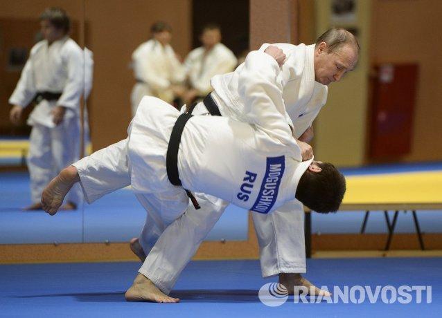 Президент России Владимир Путин в спарринге с бронзовым призером чемпионата мира по дзюдо 2014 Мусой Могушковым