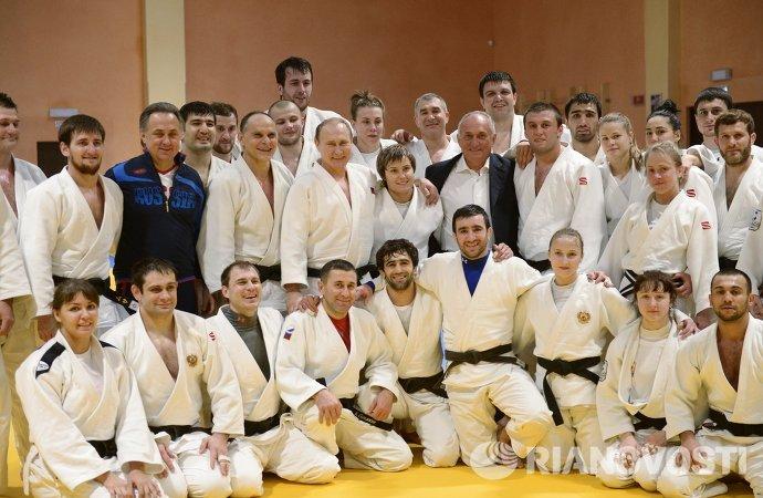 Президент РФ Владимир Путин с членами сборной команды России по дзюдо после совместной тренировки