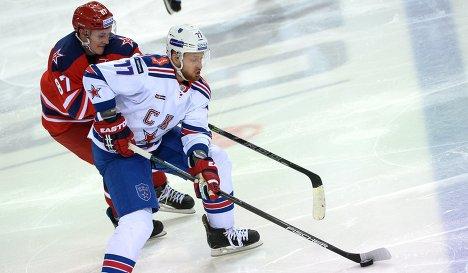 Форвард ЦСКА Андрей Светлаков (слева) и защитник СКА Антон Белов