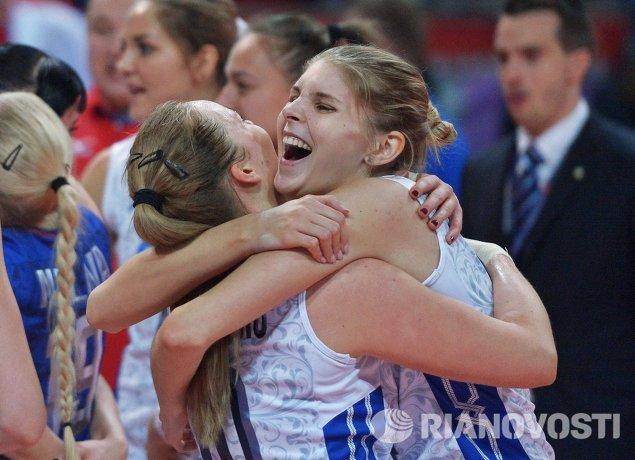 Блокирующая сборной России Ирина Фетисова (справа)